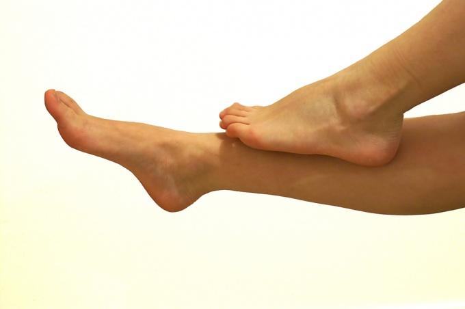 Чтобы сохранить кожу гладкой, нужно избавиться от вросших волосков