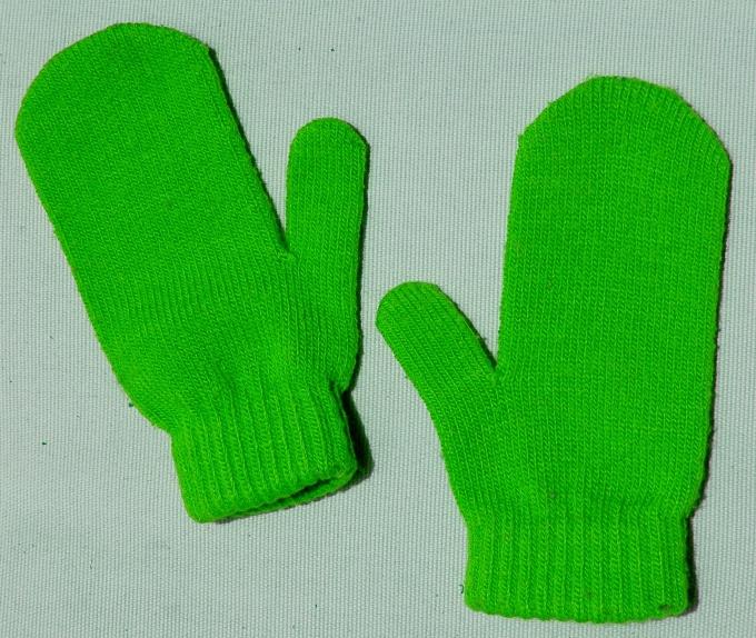 Варежка с пальцем реглан точно повторяет форму руки