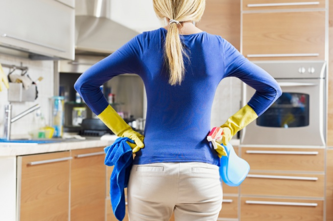 Когда жир попадает на рабочие поверхности или пол, очищать его нужно немедленно