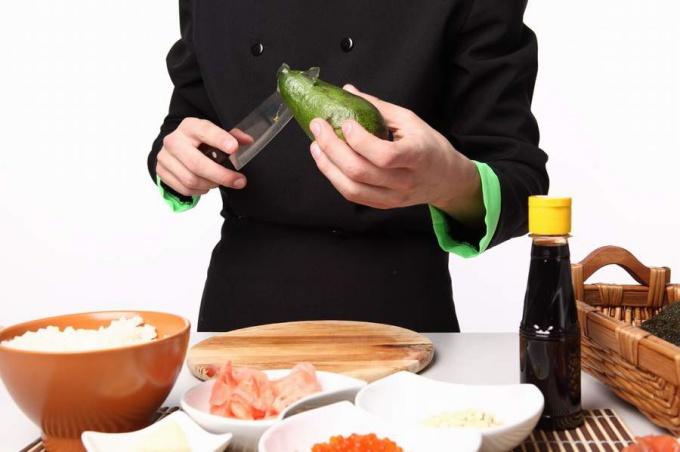 Авокадо обладает легким ореховым запахом и нежным вкусом
