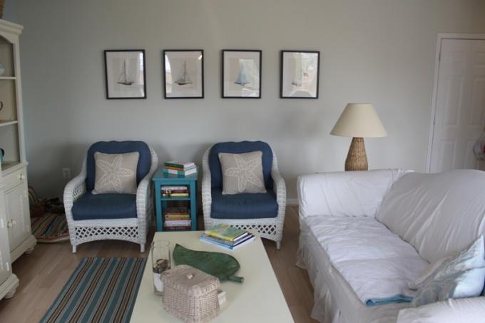 Светлые тона интерьера зрительно увеличивают пространство маленькой комнаты