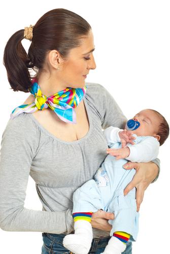 Через некоторое время малыш должен постепенно привыкать и к другой пище