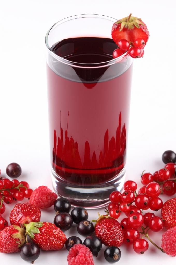 Напитки из ягод и фруктов блестящие и аппетитные