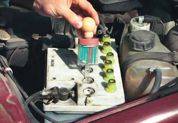 Как проверить электролит в аккумуляторе