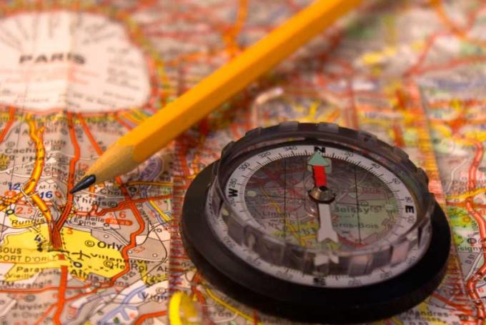 Легче всего определить свое местонахождение при помощи карты и компаса