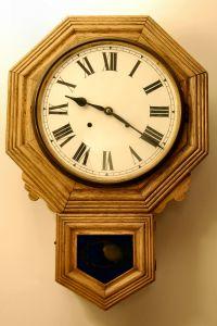 Надоевшие настенные часы можно отреставрировать в технике декупажа