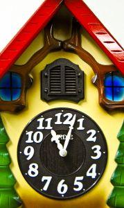 Для детской можно сделать часы в виде деревянной избушки из любимой сказки