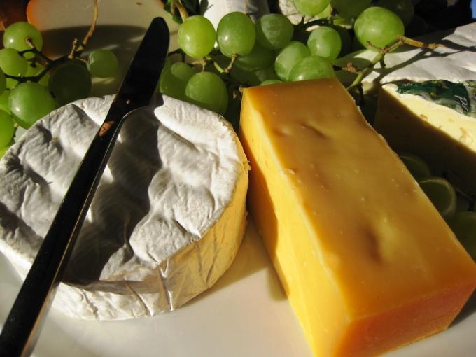Сыр дозволено подать с фруктами и вином