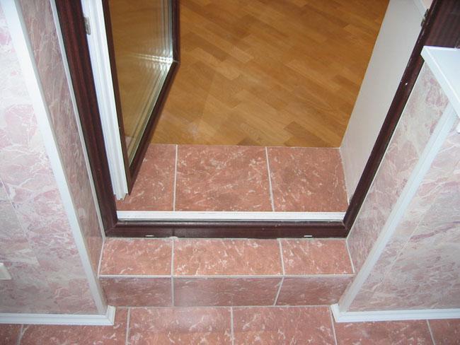 Очень часто порог между комнатой и балконом имеет большой перепад высоты