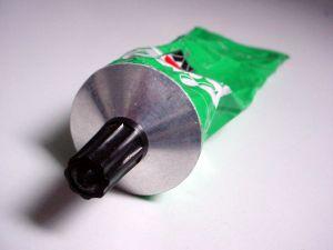 Если клей попал на руки и одежду, главное - отмыть его быстро, пока не засох