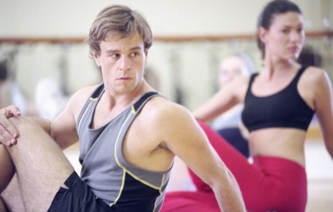 Упражнения на косые мышцы живота формируют красивую талию.
