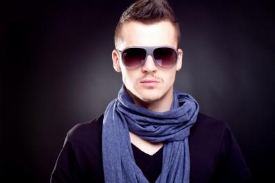 Для официальных мероприятий стилисты рекомендуют выбирать шарфы спокойных тонов, без лишнего количества украшений