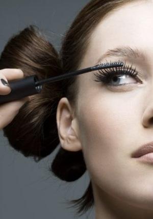Современная девушка просто не представляет свою жизнь без макияжа