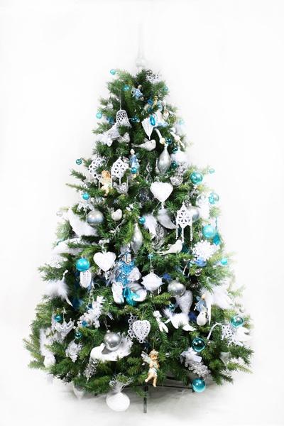 Обязательным атрибутом праздника является елка