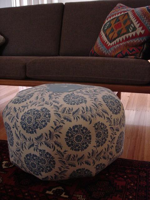 Самодельный пуфик будет отличным украшением для любой комнаты