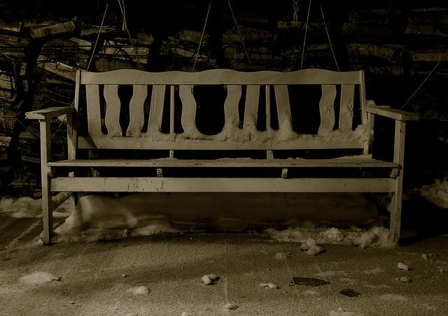 Отдыхать на дачном участке без скамейки проблематично