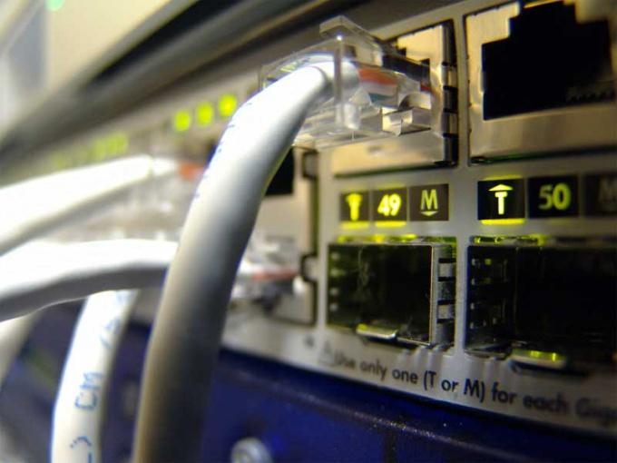 К компьютеру подведено несколько разных кабелей