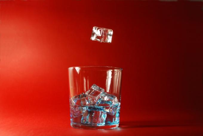 Лед в кубиках удобен для различных способов использования