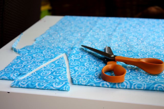 Если вы доверили изготовление флажков ребенку, приглядывайте за ним, когда он будет пользоваться ножницами