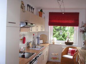 Светлая кухня больше подойдет для помещения с одним окном