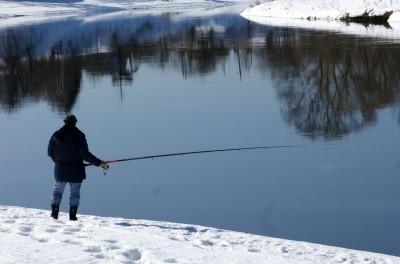 Зимой плотву можно ловить и на поплавочную удочку