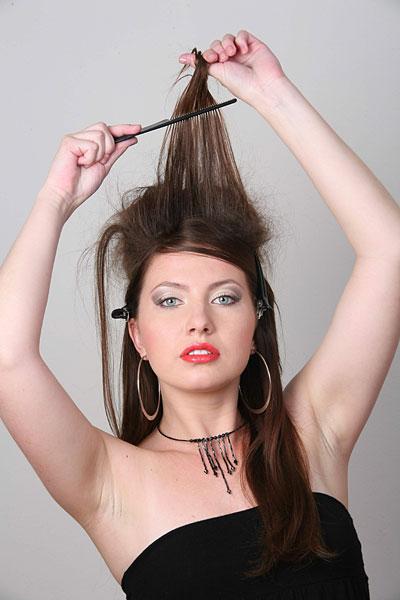 Начес поможет создать пышную прическу или просто добавить тонким волосам дополнительный объем