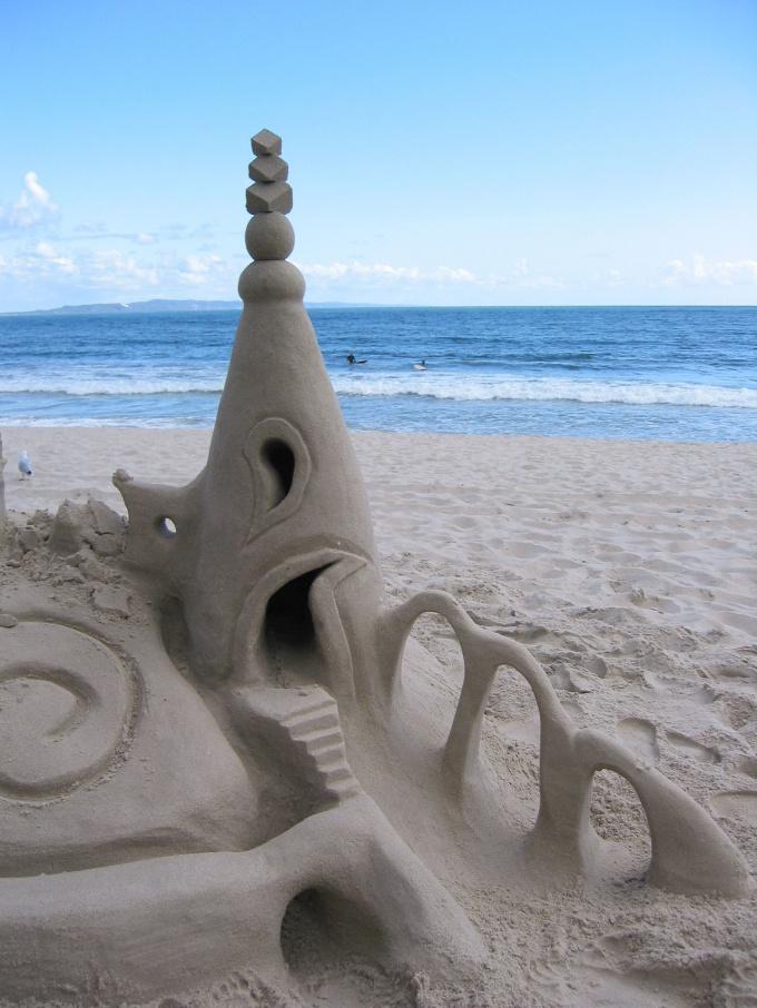 Из песка можно построить очень сложный замок
