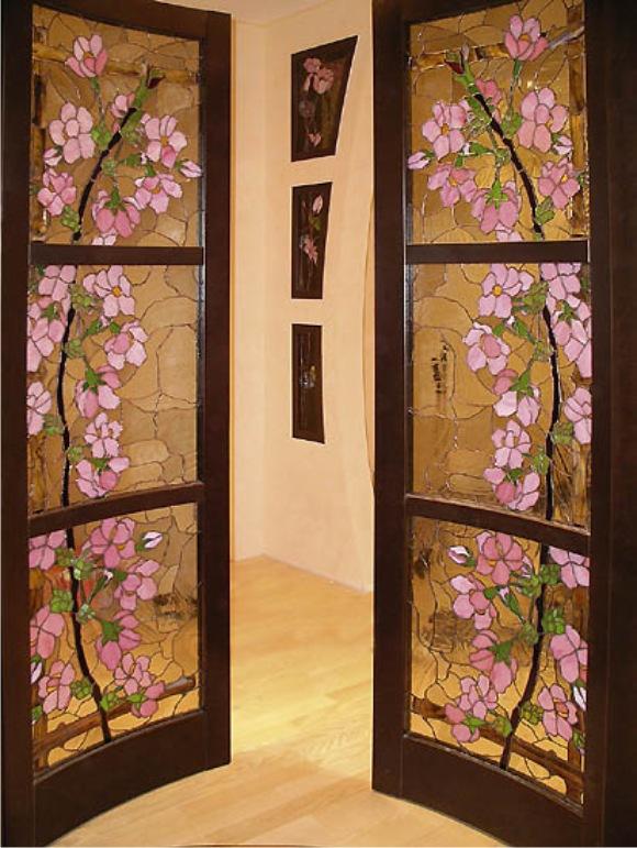 Витражи в оформлении дверей неизменно актуальны