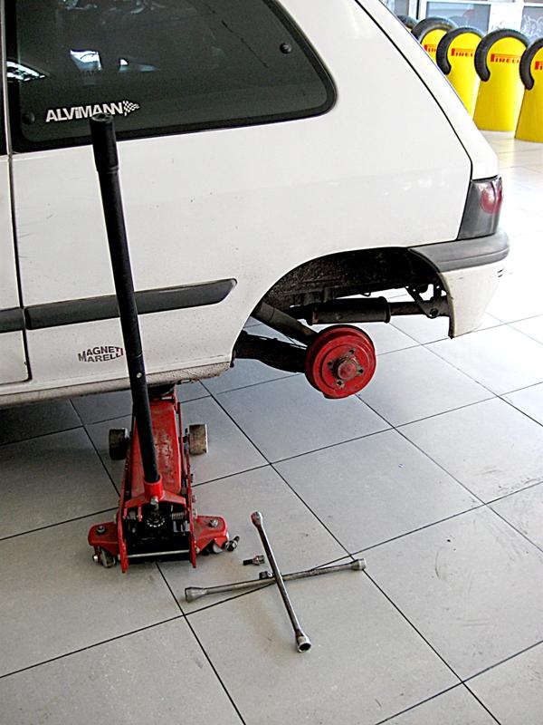 Для замены тормозных колодок вам необходимо при помощи домкрата снять колесо
