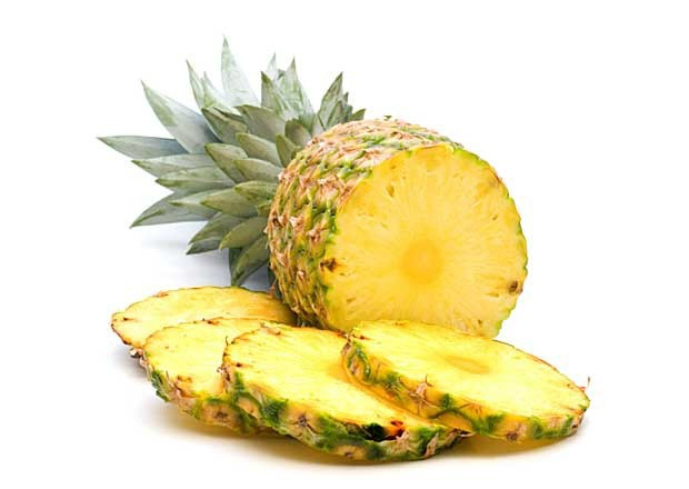 Самый простой способ подать на стол ананас - это порезать его на кусочки.