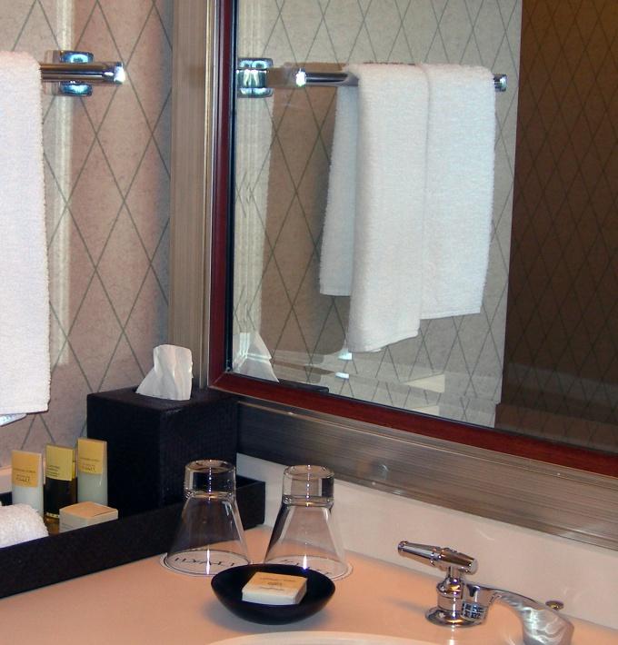Как повесить зеркало