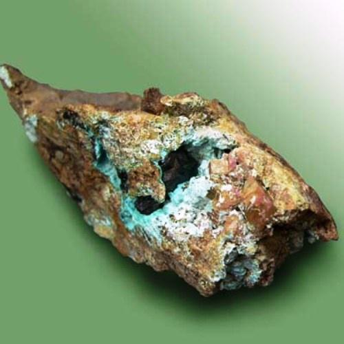 В чистом виде медь почти не встречается, поэтому добывают ее из такой и похожей руды