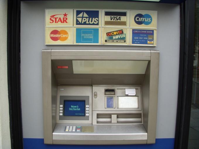 Один из способов оперативно проверить остаток денег на карте - банкомат