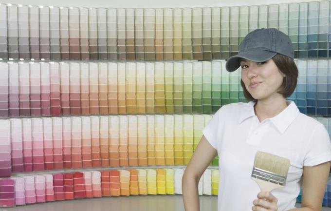 Оформить стены можно покраской, используя различные эффекты