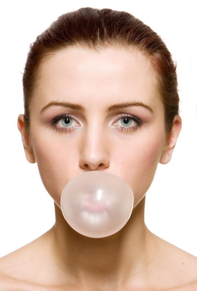 Как надувать пузыри жвачки