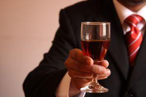 В качестве подарка для мужчин на работе подойдут и хорошие алколгольные напитки