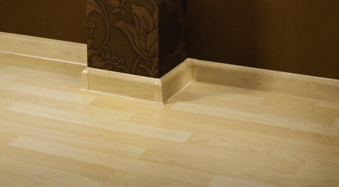 Плинтус лучше всего брать деревянный