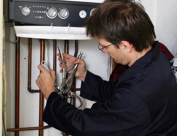 Чтобы создать естесственную циркуляцию воды, котел следует ставить ниже приборов отопления.