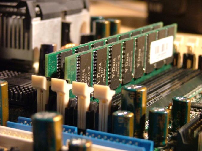 Оперативная память представляет собой узкую планку с контейнерами на ней