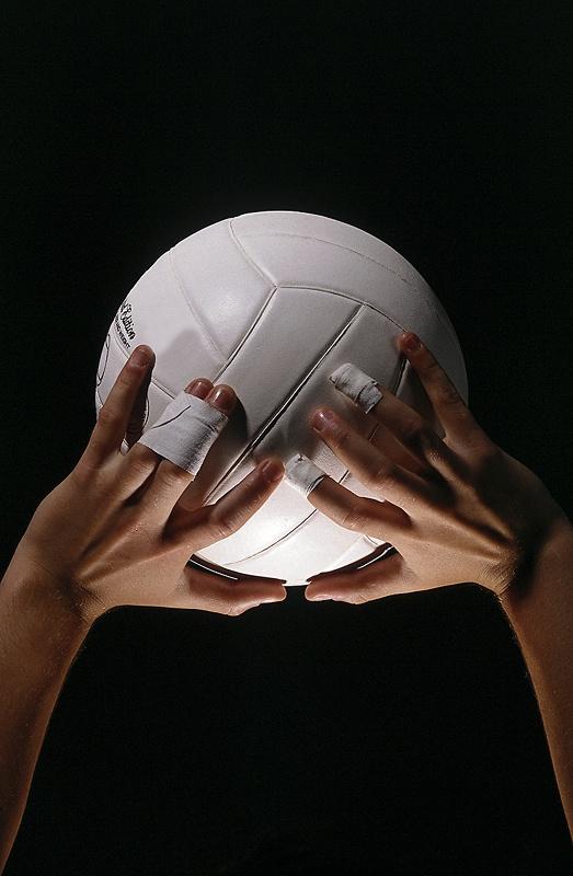 Суть игры проста - перебросить мяч на зону противника