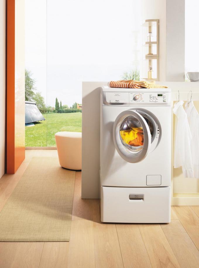 Если полиняла вещь - автоматическая стиральная машина и отбеливатель вам в помощь