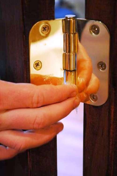 Если дверь правильно повесить, она скрипеть не будет