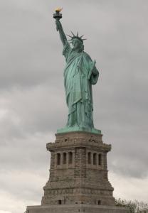 Статуя Свободы встречает всех вновь прибывших в страну