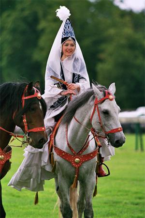 Незамужние девушки отмечают Наурыз верхом на коне
