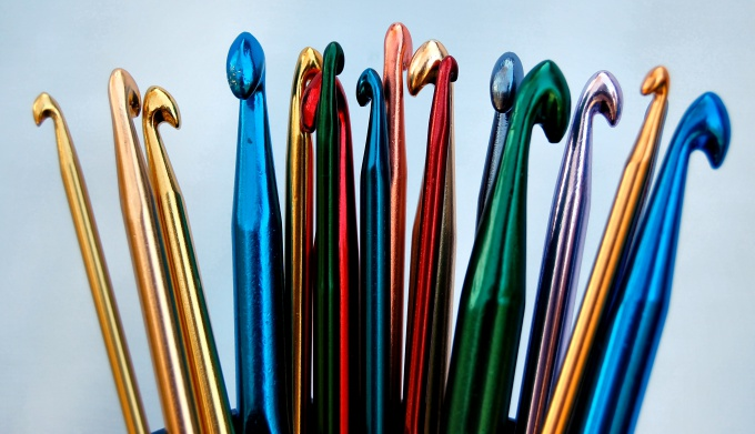 Для вязания образца резинки подберите толстый крючок