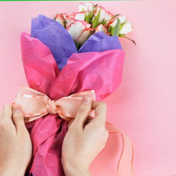The packaging should emphasize the beauty of the bouquet