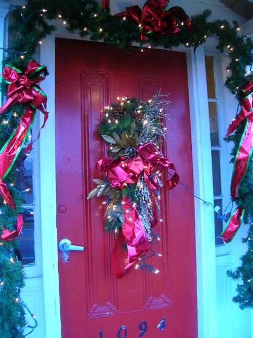 Даже самую скучную дверь можно украсить. Причем не только мозаикой