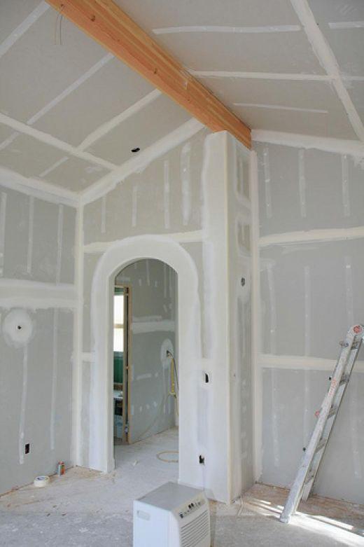 Чтобы быстро выровнять стены можно оклеить их гипсокартоном