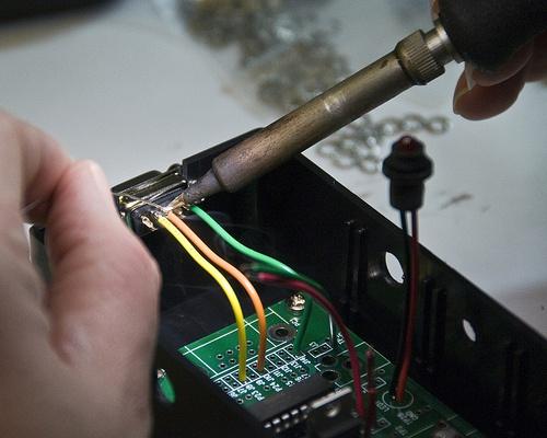 Если под рукой есть паяльник, то припаять провода не составит труда, но что делать, если он сломался или выключено электричество?