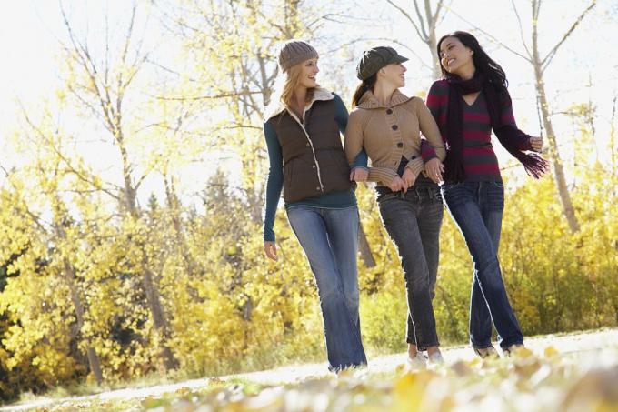 Прогулка в парке с друзьями - чудесный метод отвлечься от переживаний
